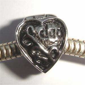 Clip in hartvorm met 'dad' erop