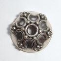 Zilveren kralenkapje met nopjes en open rondjes
