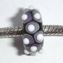 Zwart met paarse vlekken en witte stippen