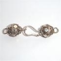 Zilveren haaksluiting met versierde bollen