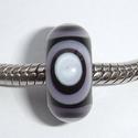 Zwart met paars-zwarte kringen, wit centrum en luchtbelletje