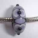 Zwart met paars-witte vlekken, enkele vlekken en stipjes