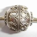 Zilveren kraal met krullen, nopjes en kleine puntjes