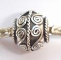 Zilveren kraal rond met spiralen en middenspiraaltje, antiek