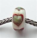 Rood en zilverglas hartjes op ivoor